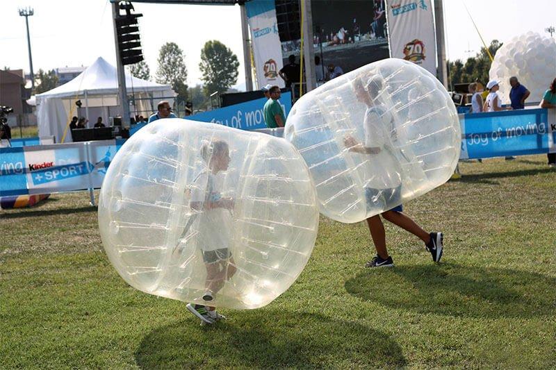 Bambini si divertono a giocare a Bubble Football