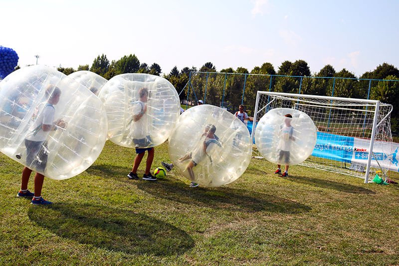 Bambini che giocano a Bubble Football