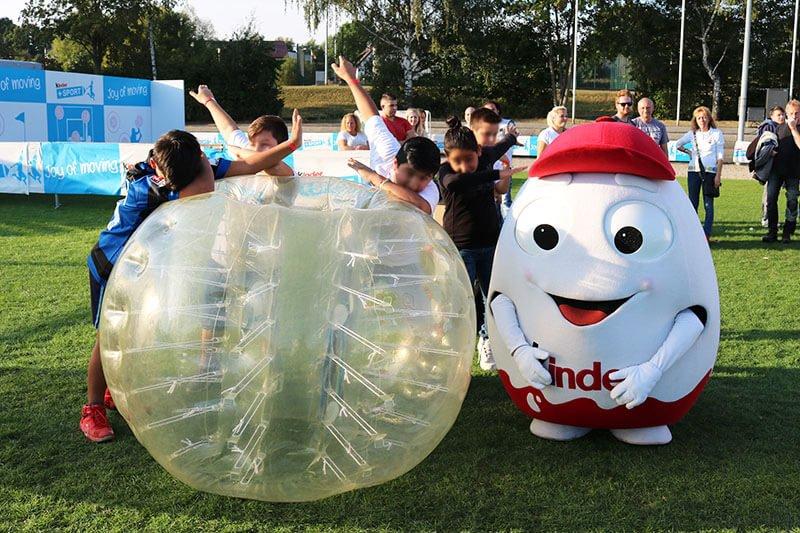 Bambini festeggiano compleanno con bubble football e Kinder Ferrero